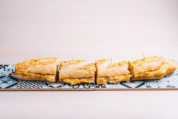 Sanduíche de omelete de batata espanhola. restaurante espanhol clássico tradicional ou item do menu do bar.