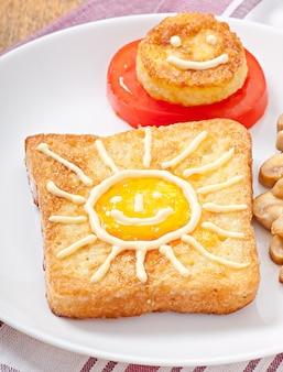 Sanduíche de ovo alegre decorado com cogumelos e tomates