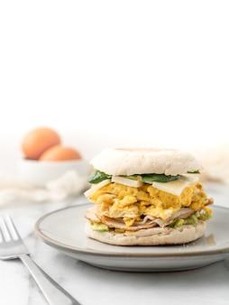 Sanduíche de ovo com queijo e alface no café da manhã