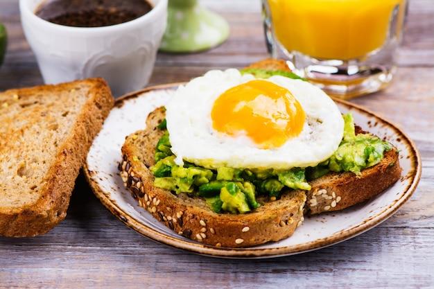 Sanduíche de ovo de abacate com pão integral