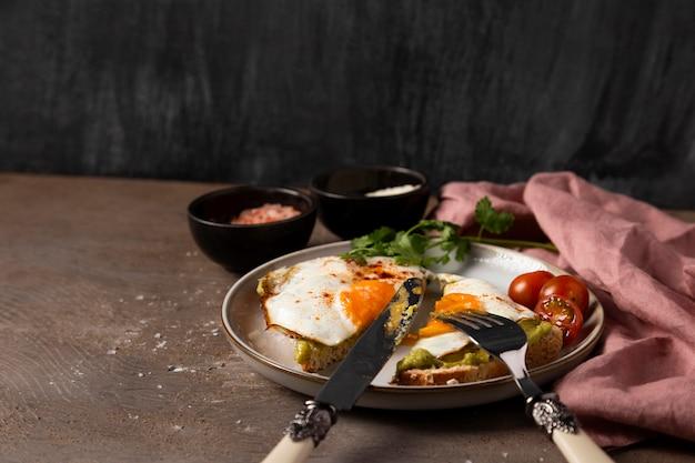 Sanduíche de ovo saboroso no prato