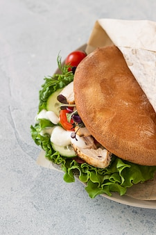 Sanduíche de pão árabe com legumes e frango assado