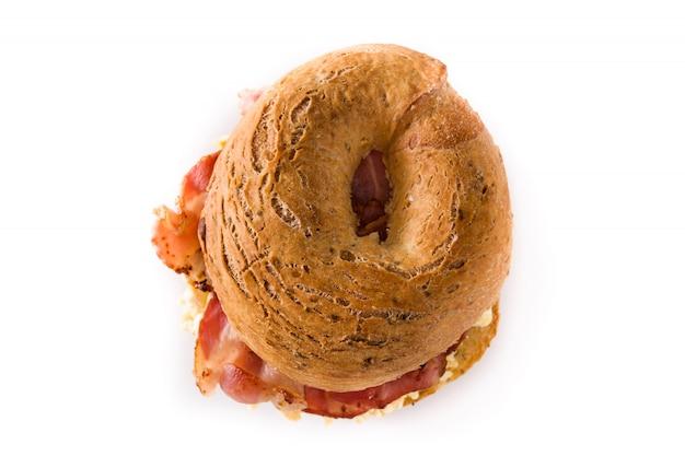 Sanduíche de pão com bacon, ovo e queijo branco