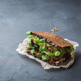 Sanduíche de pão de centeio fresco com presunto, alface e tomate