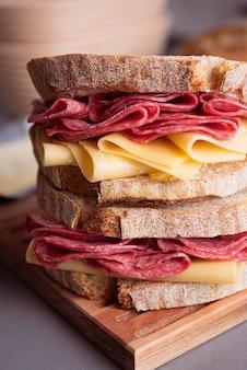 Sanduíche de pão de massa fermentada com salame e queijo