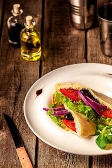 Sanduíche de pão pita vegetariano