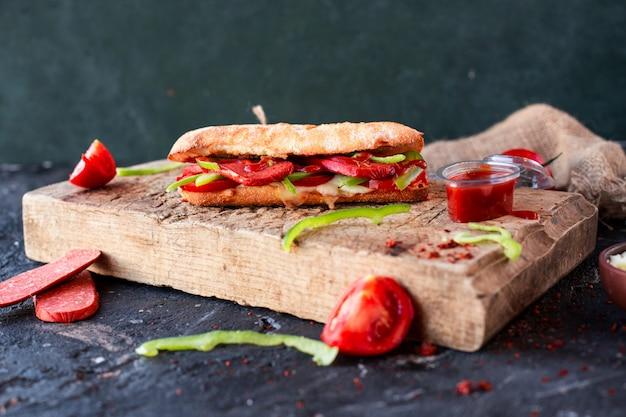 Sanduíche de pão tandir com sucuk turco e legumes