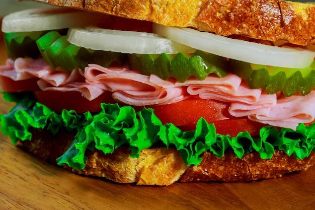 Sanduíche de presunto com queijo