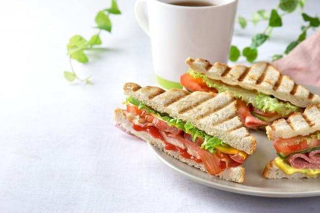 Sanduíche de presunto e bacon