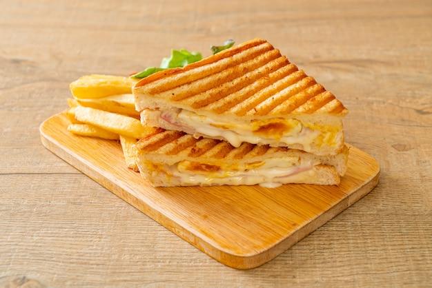 Sanduíche de presunto e queijo com ovo e batata frita