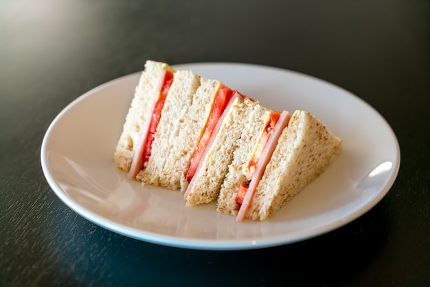 Sanduíche de presunto e tomate