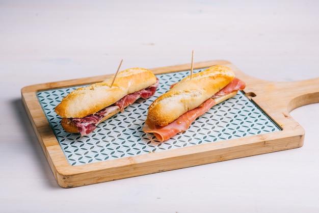 Sanduíche de presunto serrano ou ibérico típico. . guijuelo, ibérico. restaurante espanhol clássico tradicional ou item do menu do bar.