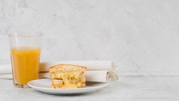 Sanduíche de queijo e suco de alto ângulo
