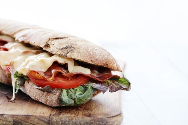 Sanduíche de queijo grelhado com bacon e tomate