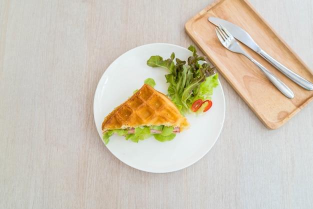 Sanduíche de queijo presunto de waffle