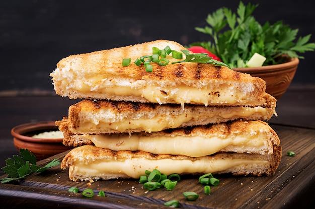 Sanduíche de queijo quente americano. sanduíche de queijo caseiro grelhado no café da manhã.