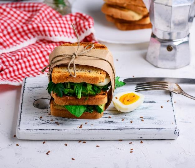 Sanduíche de rabanada e folhas de alface e ovo cozido