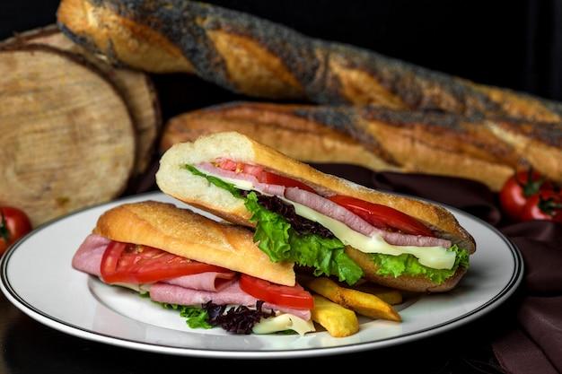 Sanduíche de salame com tomate, queijo e alface