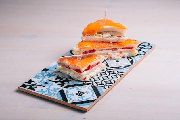 Sanduíche de salmão com cream cheese e pepino fresco
