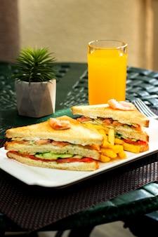 Sanduíche de salmão e batatas fritas