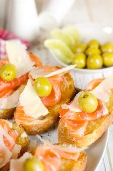 Sanduíche de salmão fresco com queijo e azeitonas