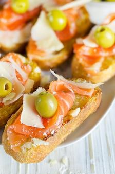 Sanduíche de salmão fresco com queijo