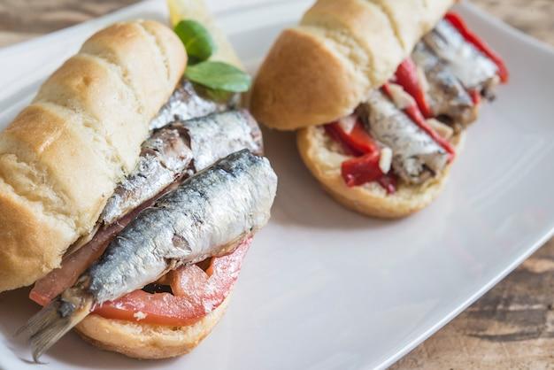 Sanduíche de sardinha com tomate, alface, pimenta,