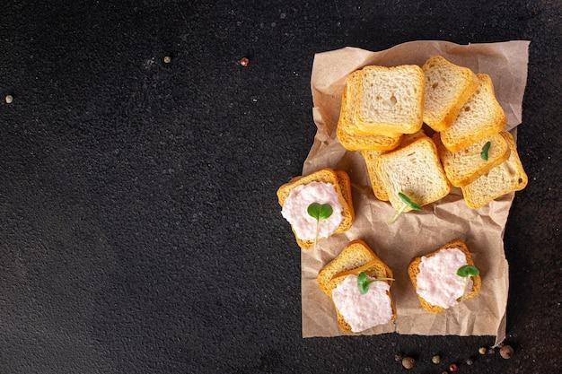 Sanduíche de smorrebrod com manteiga para espalhar camarão no pão de capelim caviar de frutos do mar lanche fresco