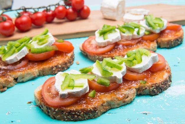 Sanduíche de tomate com queijo de cabra no pão integral