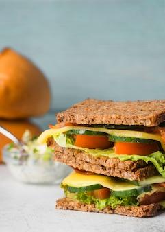 Sanduíche de torrada com legumes e queijo