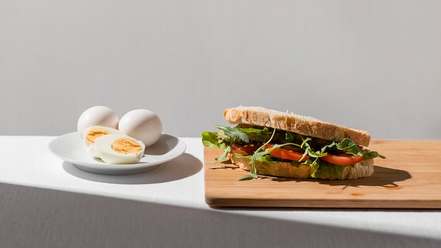 Sanduíche de torrada com tomate e ovo cozido