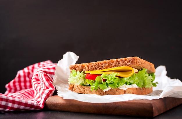 Sanduíche delicioso ao lado de uma toalha de mesa