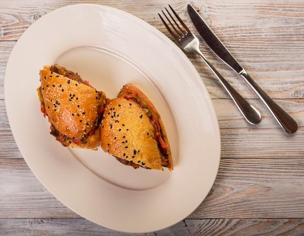 Sanduíche delicioso de alto ângulo em um prato