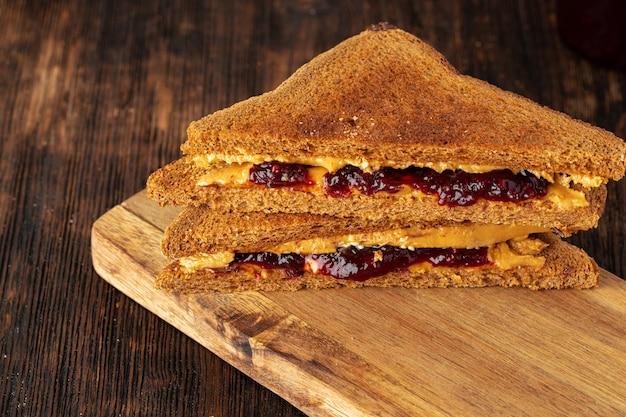 Sanduíche duplo com manteiga de amendoim e geléia de frutas vermelhas