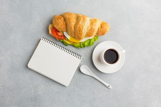Sanduíche e bloco de notas em branco