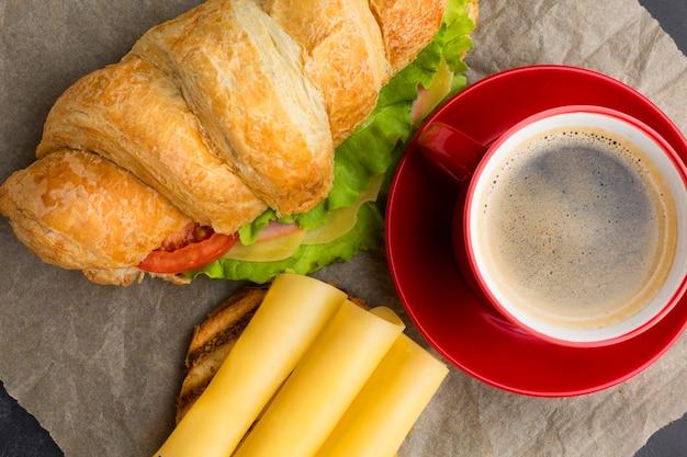 Sanduíche e café close-up