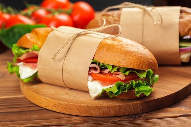 Sanduíche em uma mesa de madeira