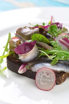 Sanduíche estoniano com anchovas