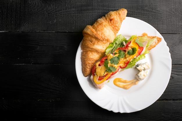 Sanduíche feito de croissant com frango