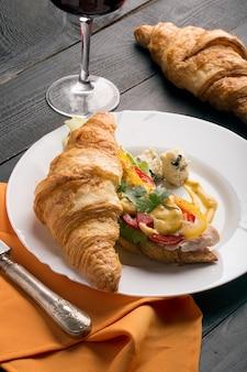 Sanduíche feito de croissant
