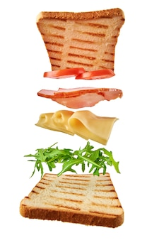 Sanduíche fresco com ingredientes voando
