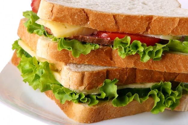 Sanduíche fresco com legumes e tomate