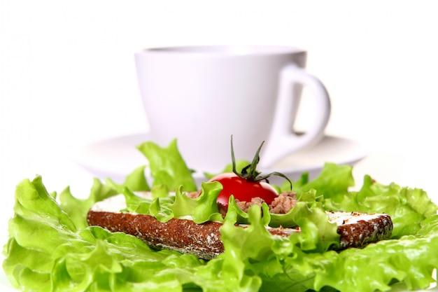 Sanduíche fresco com legumes frescos e café