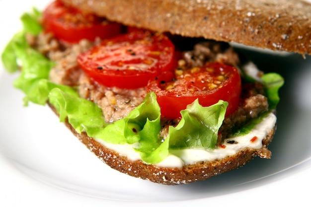 Sanduíche fresco com legumes frescos