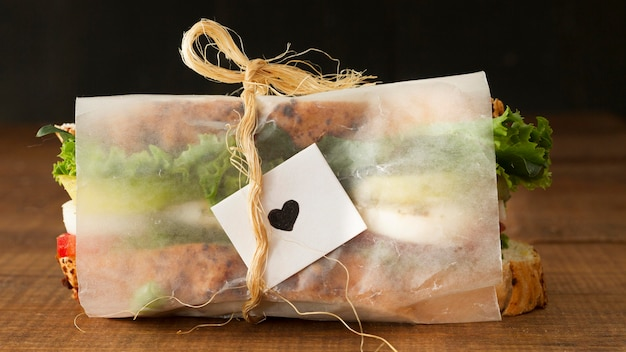 Sanduíche fresco de alto ângulo embrulhado