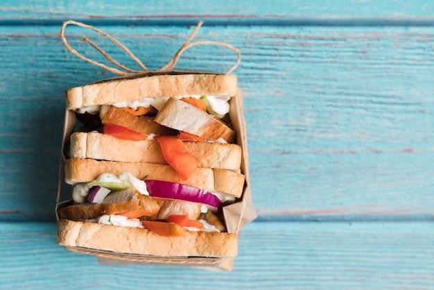 Sanduíche fresco de cópia-espaço na mesa