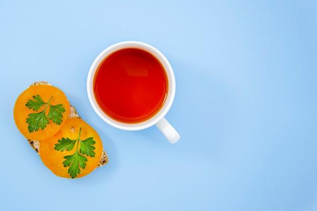 Sanduíche gostoso com uma xícara de chá
