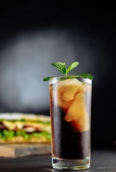 Sanduíche grande com drink de coquetel