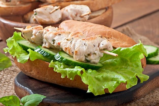 Sanduíche grande com kebab de frango e alface
