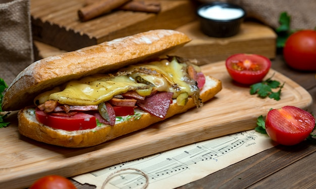 Sanduíche grande com queijo e salsicha